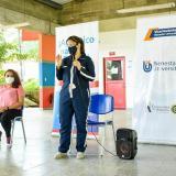 La secretaria de Educación durante la entrega de las simcard a los estudiantes.