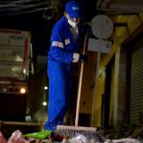 Un operario de aseo barre uno de los puntos más crítico de basura en la ciudad.