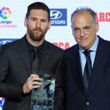 Lionel Messi y Javier Tebas, durante una ceremonia de La Liga.