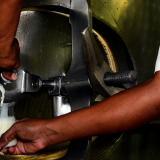 Un operario en una planta procesadora de leche en la Costa Caribe.