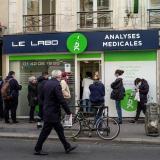 Francia estudia más restricciones ante la amenaza de hospitales desbordados