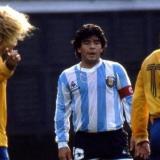 Diego Maradona en un duelo contra la Selección Colombia, que contaba con Carlos Valderrama y Mario Coll en cancha.
