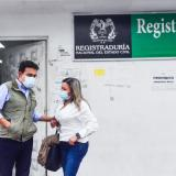 El registrador Vega a su salida de la Registraduría de Soledad.