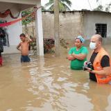 Entregan ayudas humanitarias a damnificados por inundaciones