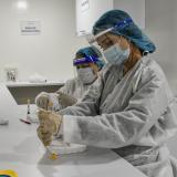 Dos trabajadoras de la salud alistan las dosis para su aplicación.