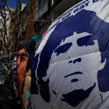 """Diego Maradona """"reaccionó muy bien"""" a extirpación del coágulo, dice médico"""