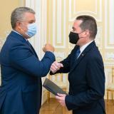 Duque recibe con honores militares a embajador de Guaidó en la Casa de Nariño