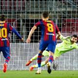 Messi ejecuta a la perfección el tiro penal para el 1-0 parcial.