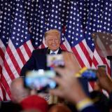 Trump denuncia fraude y exige parar el recuento