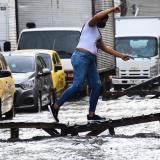 Autoridades piden no arrojar basuras durante la lluvia para evitar taponamientos de los arroyos.