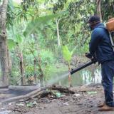 Realizan aspersión contra el dengue por los diferentes caños de Lorica
