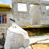Este es el panorama de una de las viviendas afectadas y otra en riesgo de caer.