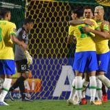 Firmino celebra con sus compañeros el único tanto de Brasil ante Venezuela.
