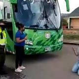 De rodillas y llorando, microempresaria reclama pagos al Chicó FC