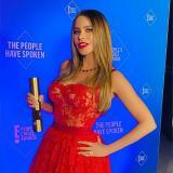 La Toti sosteniendo el premio que recibió por su papel de Gloria Delgado en Moderm Family.