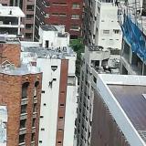 En video | Obreros quedan colgando de un edificio