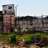Un grupo de obreros trabaja en las obras de los módulos en uno de los lotes dentro de la cárcel El Bosque.