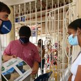 El alcalde Jaime Pumarejo y el secretario Rafael Lafont explica a una vecina de Rebolo las obras que se ejecutarán.