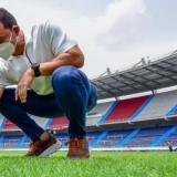 Gabriel Berdugo Jr., secretario de Recreación y Deportes, en el gramado del estadio Metropolitano Roberto Meléndez.
