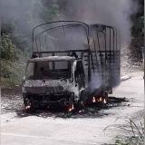 En video | Incendiaron camión por no pagar supuesta extorsión