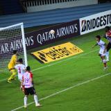 El delantero Miguel Borja se eleva para conectar el centro de Fuentes y enviar la pelota al fondo de la red.