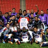 Fuentes celebra con sus compañeros su partido 100.