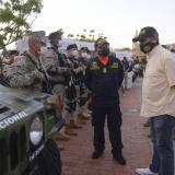 El alcalde William Dau mira parte de los vehículos del Ejército que vigilará durante el final de año la ciudad y sus corregimientos.  Lo acompaña el secretario del Interior, David Múnera.