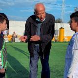 Bennaceur junto a dos niños que participan en la 'Copa Maradona-Bennaceur' enTúnez.