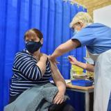 Reino Unido recomienda no vacunar a alérgicos severos con vacuna Covid