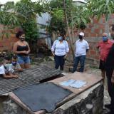 El alcalde Vargas inspecciona los daños ocasionados por las lluvias a una vivienda.