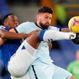 Yerry Mina disputa una pelota contra Olivier Giroud, en el partido Everton-Chelsea.