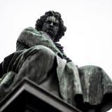 La estatua de bronce del músico Ludwig van Beethoven en Viena, Austria.