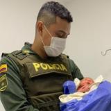 "El uniformado Víctor Alfonso Marín Fonseca carga a ""Victoria"" que se encuentra en la clínica Laura Daniela de Valledupar."