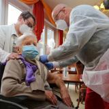 Edith Kwoizalla, de 101 años, ha sido la primera en vacunarse en Alemania