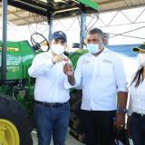El gobernador Vicente Blel y la secretaria de Agricultura, Adriana Trucco, hacen entrega de la maquinaria para San Martín de Loba.