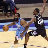 James Harden en acción ante los Kings de Sacramento.