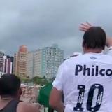 Bolsonaro saludando a los bañistas.