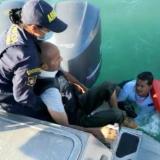 Momento en que el hombre es rescatado del mar.
