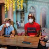 Miguel Borja junto a Alejandro Char y su representante, Juan Pablo Pachón, en el restaurante Varadero.