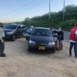 Uniformados de la Policía ejecen el control a la entrada de Playa Blanca en el distrito de Cartagena.