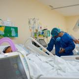 Personal médico revisa a un paciente en una unidad de cuidados intensivos.