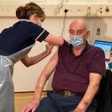 Un hombre de 82 años es el primero que recibe la vacuna de Oxford/AstraZeneca