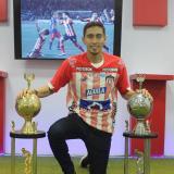 Fabián Sambueza con dos de los trofeos que ya ganó en Junior.