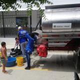 Carrotanque suministrando agua a personas de Baranoa.
