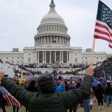 Un seguidor de Trump sostiene la bandera de los Estados Unidos hoy, frente al Capitolio estadounidense.