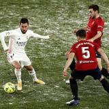 Eden Hazard tratando de desequilibrar frente a la dura defensa del Osasuna.