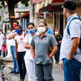 Un grupo de personas con tapabocas transita por una calle del sur de Barranquilla.