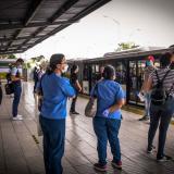 Un grupo de usuarios en el interior de una estación de Transmetro en el norte de Barranquilla.