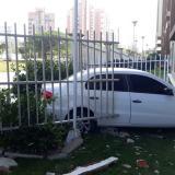 Carro chocó contra un conjunto residencial en el norte