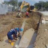 Operarios de la Triple A reparan una fuga en la tubería de acueducto.